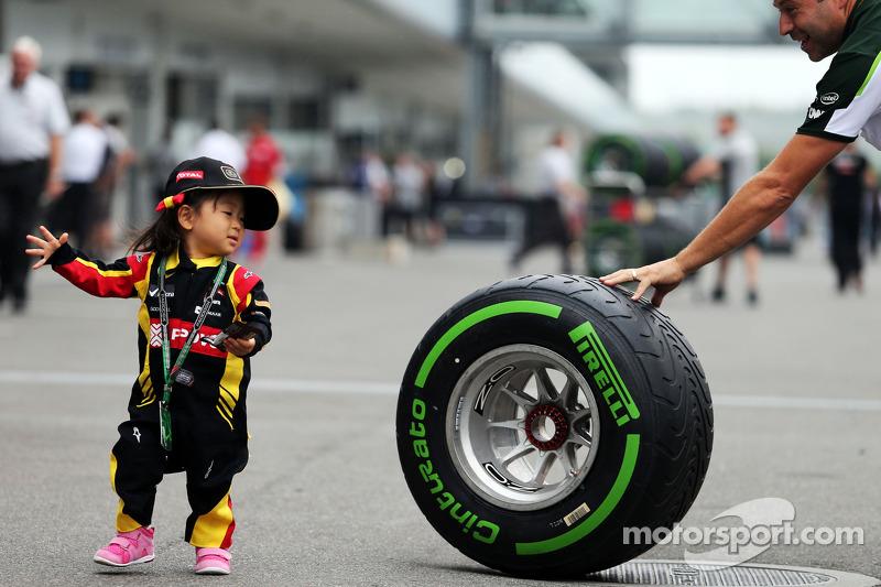 Название: f1-japanese-gp-2014-a-young-fan-with-a-pirelli-tyre.jpg Просмотров: 281  Размер: 137.2 Кб
