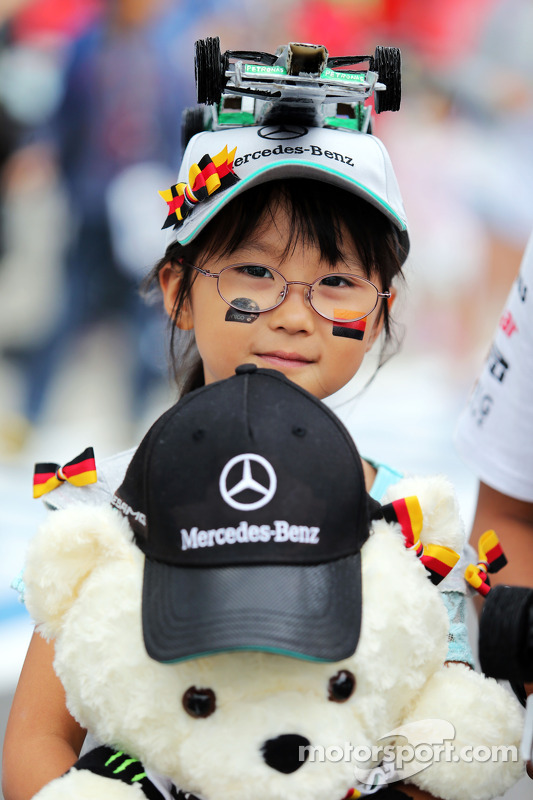 Название: f1-japanese-gp-2014-a-young-nico-rosberg-mercedes-amg-f1-fan.jpg