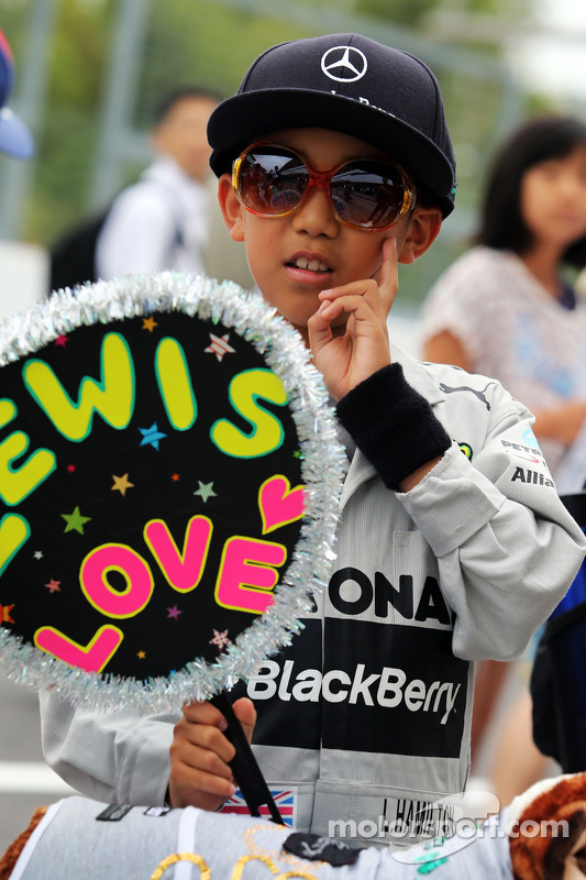 Название: f1-japanese-gp-2014-a-young-lewis-hamilton-mercedes-amg-f1-fan.jpg